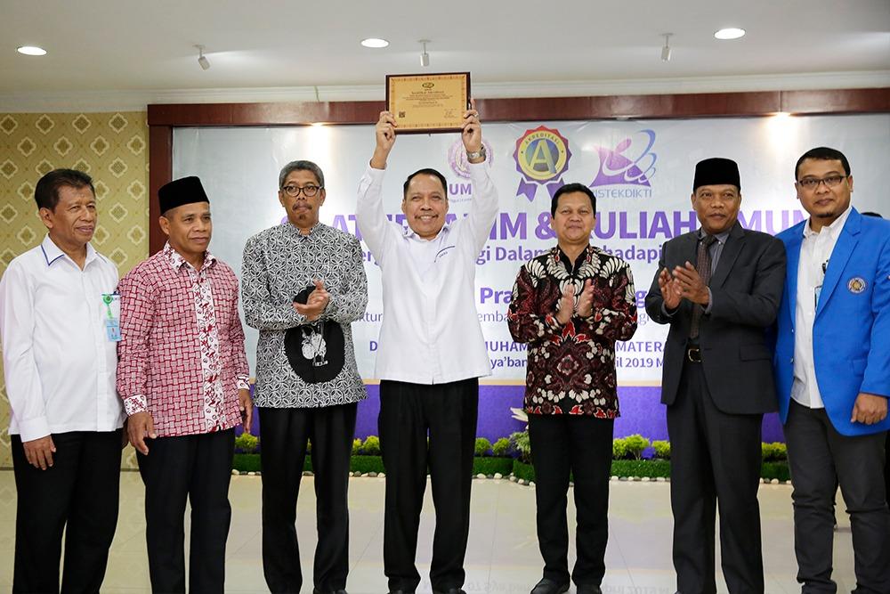 "Rektor UMSU Dr. Agussani M.AP usai menerima sertifikat Akreditasi A dari Direktur Pembinaan Kelembagaan Perguruan Tinggi Kemenristekdikti Dr. Totok Prasetyo B.Eng M.T, Universitas Muhammadiyah Sumatera Utara menjadi satu-satunya perguruan tinggi swasta (PTS) di Pulau Sumatera yang terakreditasi ""A""."