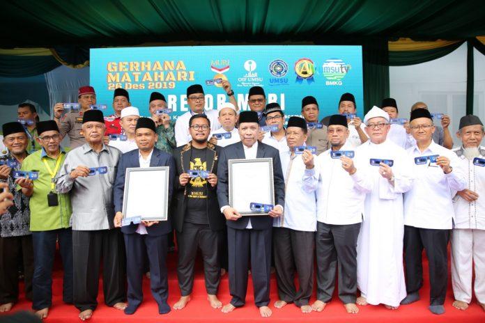Rektor UMSU, Dr Agussani, MAP ( berpeci di tengah) menerima piagam pemecahan dua rekor Museum Rekor Dunia Indonesia (MURI) pengamatan gerhana dengan kamera lubang jarum terbesar serta pembuatan kacamata matahari terbanyak.