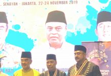 Rektor UMSU, Dr Agussani, MAP (tengah) diapit Presiden DUnia Melayu Dunia Islam, Tan Sri Haji Mohammad Ali bin Mohammad Ruslan (kiri) usai menerima penghargaan dan gelar Tumenggung Tun Hasan.